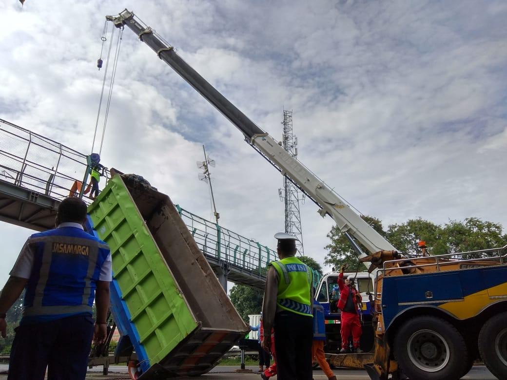 Butuh Waktu 13 Jam, Ini Metode yang Dipake saat Evakuasi Bak Truk yang Nyangkut JPO di Atas Tol Tangerang