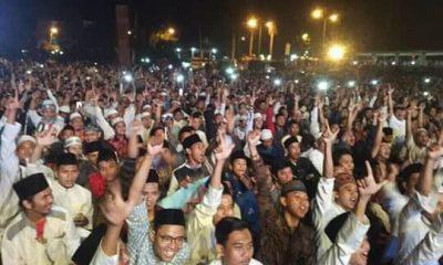 UAS Ajak Bersalawat, Puluhan Ribuan Jemaah di Pandeglang Acungkan Dua Jari