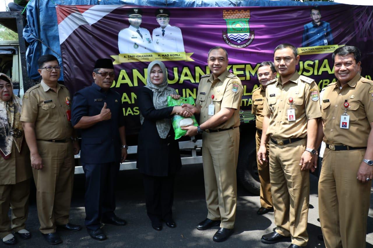 Bupati Tangerang Ahmed Zaki Iskandar Serahkan bantuan lagi untuk korban tsunami