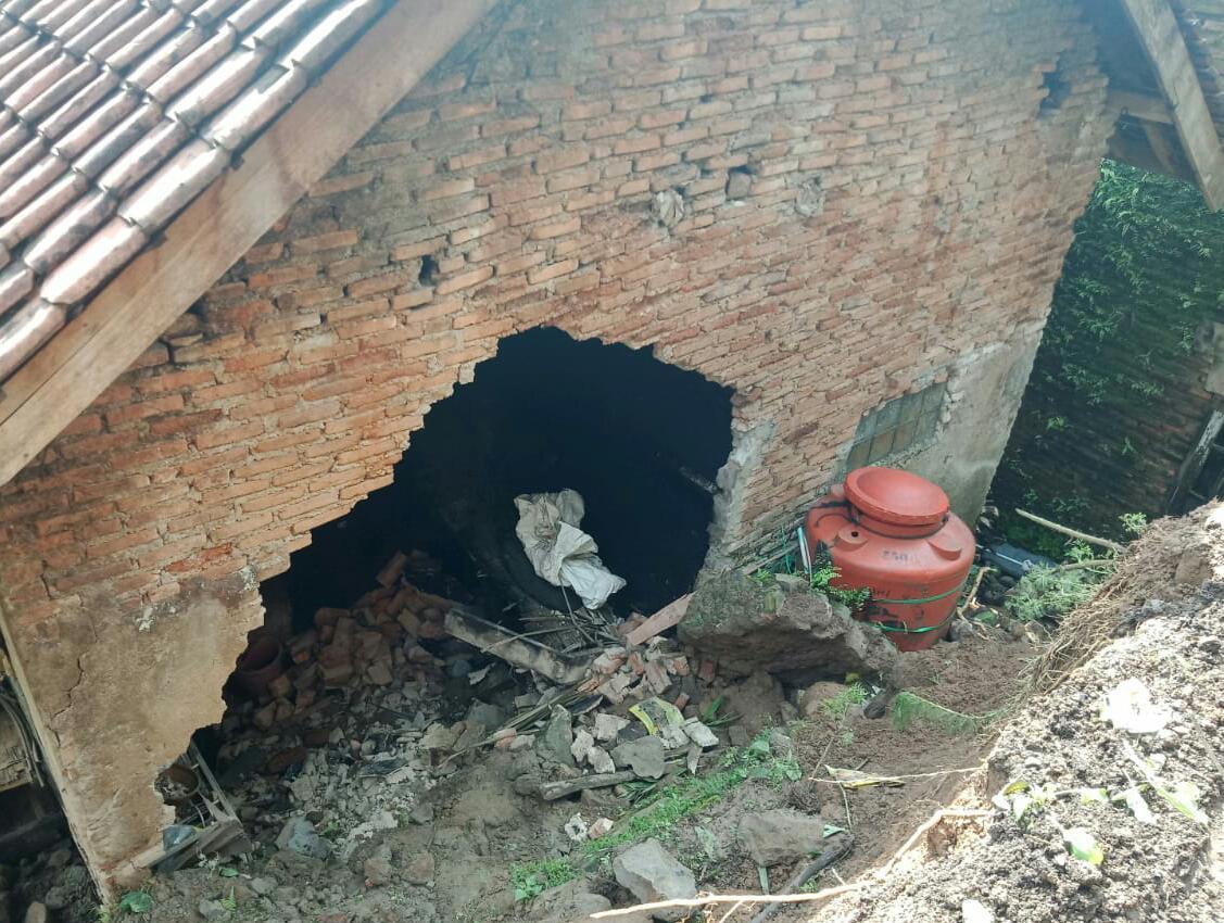 Longsor di Cilograng merusak empat rumah warga. (Ist)