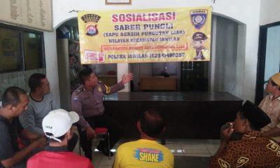 Anggota Bhabinkamtibmas Polsek Jawilan saat menyosialisasikan Gerakan Saber Pungli