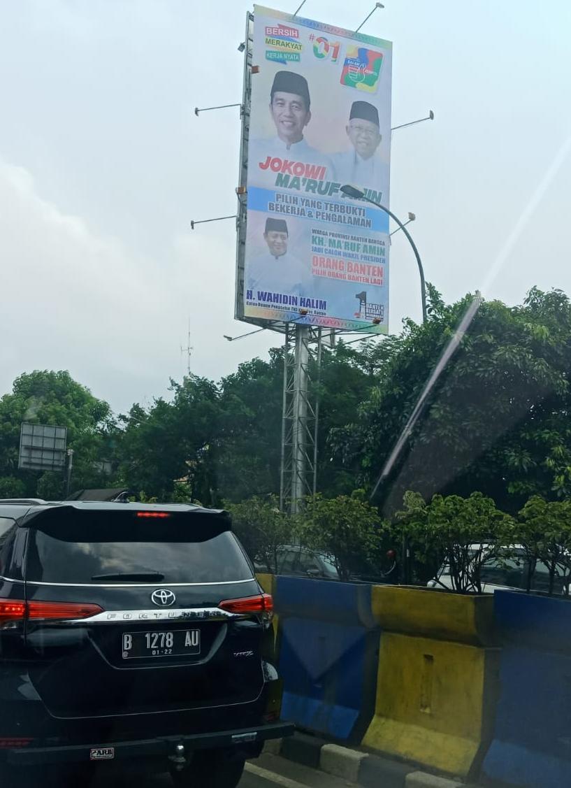 Melanggar Aturan, Bawaslu Instruksikan Penurunan Baliho Gubernur Banten dengan Jokowi-Ma'ruf di Depan Mall TangCity