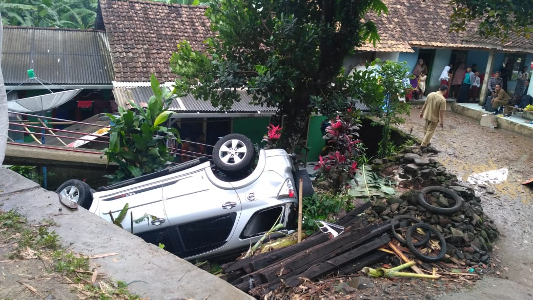 Tiba-tiba Nge-blank, Guru SMKN 10 Pandeglang Ini Sadar Ketika Mobilnya Sudah Masuk Jurang