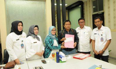 Hendi (baju hitam) ketika menerima bantuan dari Bupati Lebak Iti Octavia Jayabaya (batik) dan Ketua Korpri Lebak Dede Jaelani.(BantenHits.com/Fariz Abdullah)