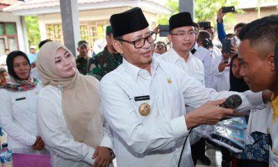 Gubernur Banten Serahkan Bantuan Seragam Sekolah untuk Anak Korban Tsunami