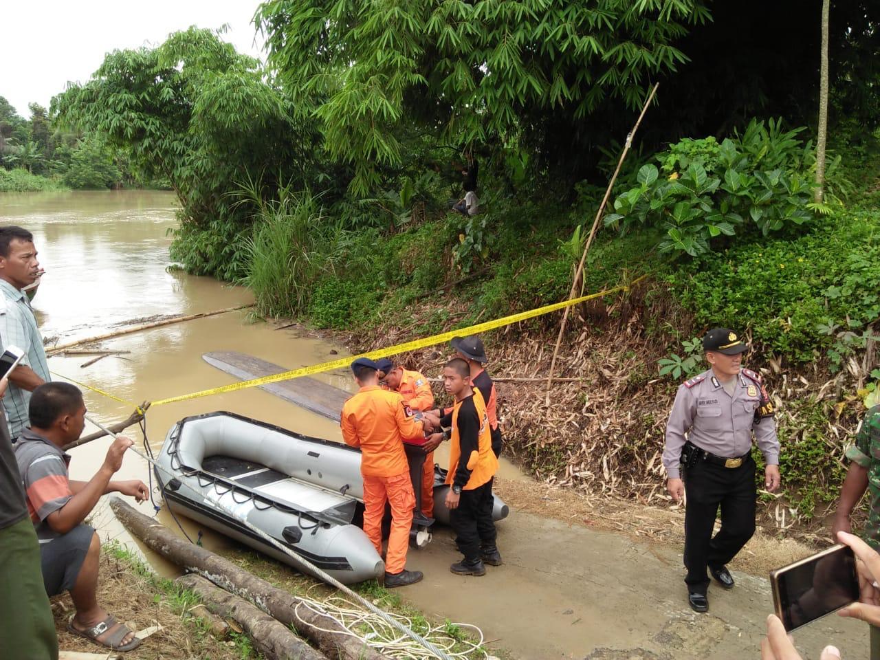 Perahu penyeberangan terbalik di Sungai Ciujung