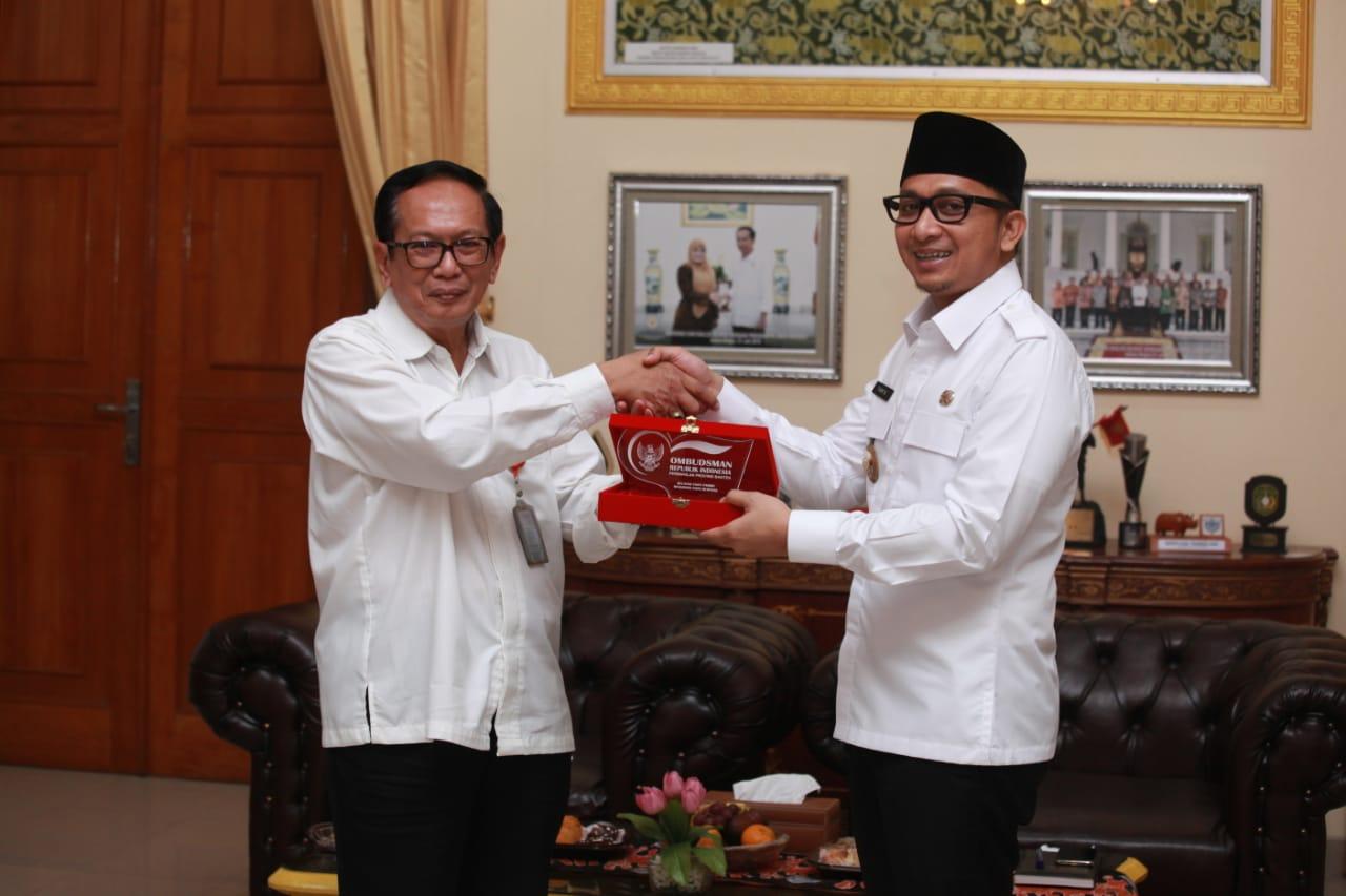 Kepala Ombusdman Banten Bambang Poerwanto Sumo bersama Wakil Bupati Pandeglang Tanto Warsono Arban