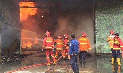 Gudang Daur Ulang Busa PT Rebon di Kawasan Industri Jatake Terbakar