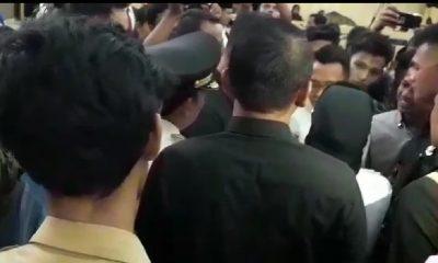 Bupati Lebak Iti Octavia Jayabaya saat terlibat keributan dengan mahasiswa.