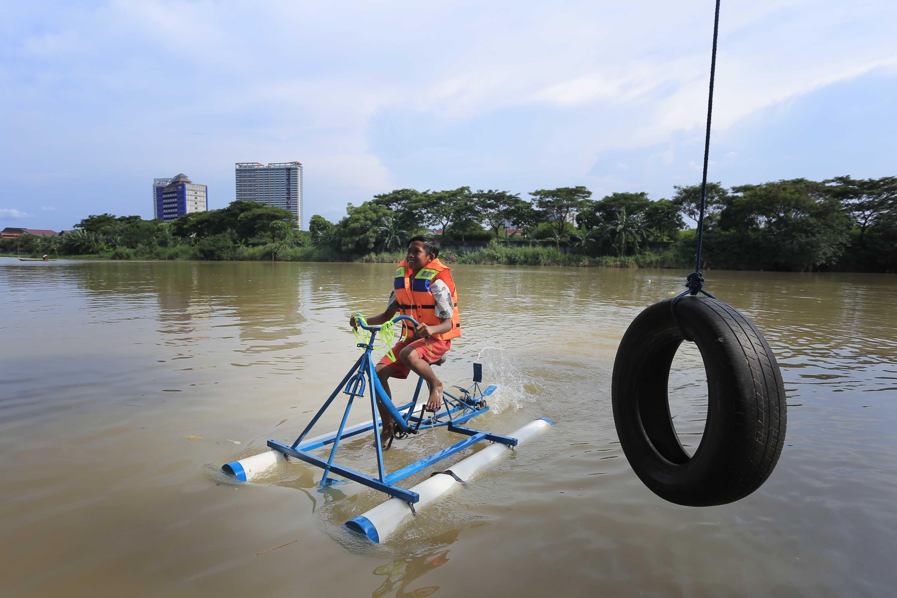 Udah Pernah Nyobain Sepedaan di Atas Air Di Kampung Wisata Air ...