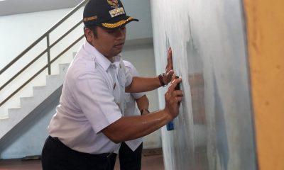 Kesal Staf Dispora Kota Tangerang Jorok, Wali Kota Sikat Sendiri Dinding GOR Pedurenan