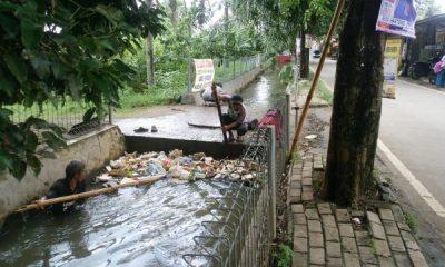 Jalanan Terendam Banjir, Warga Benda Baru Pamulang Keluhkan Tumpukan Sampah di Saluran Air