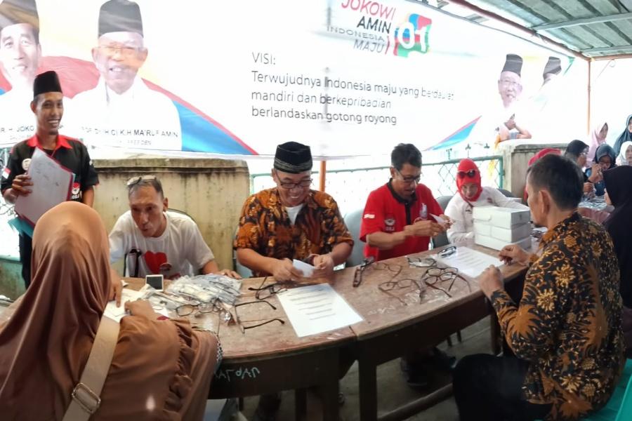 Gerakan Relawan Jokowi bagikan kacamata baca untuk warga Jawilan