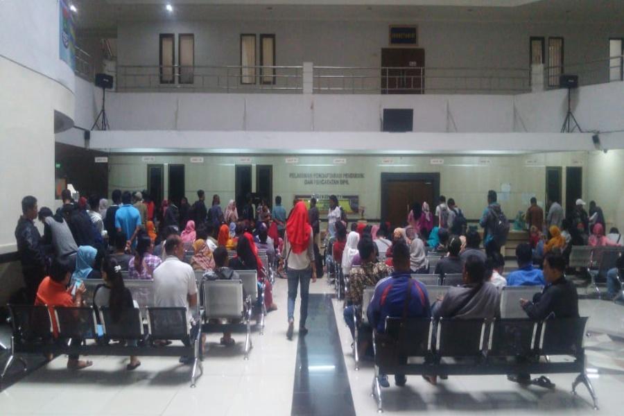 Antrean warga di Kantor Disdukcapil Kabupaten Tangerang
