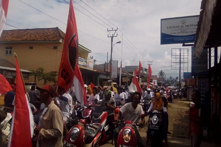 Ratusan pendukung Jokowi melakukan kampanye