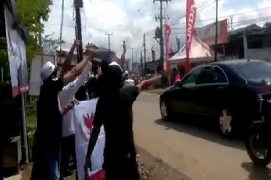 Warga Penimbang sambut jokowi dengan spanduk Prabowo