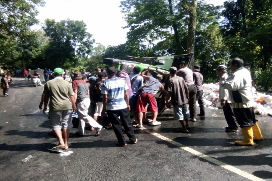 Mobil ACT Indonesia Pengangkut Sembako Bantuan Tsunami Terbalik di Cibaliung