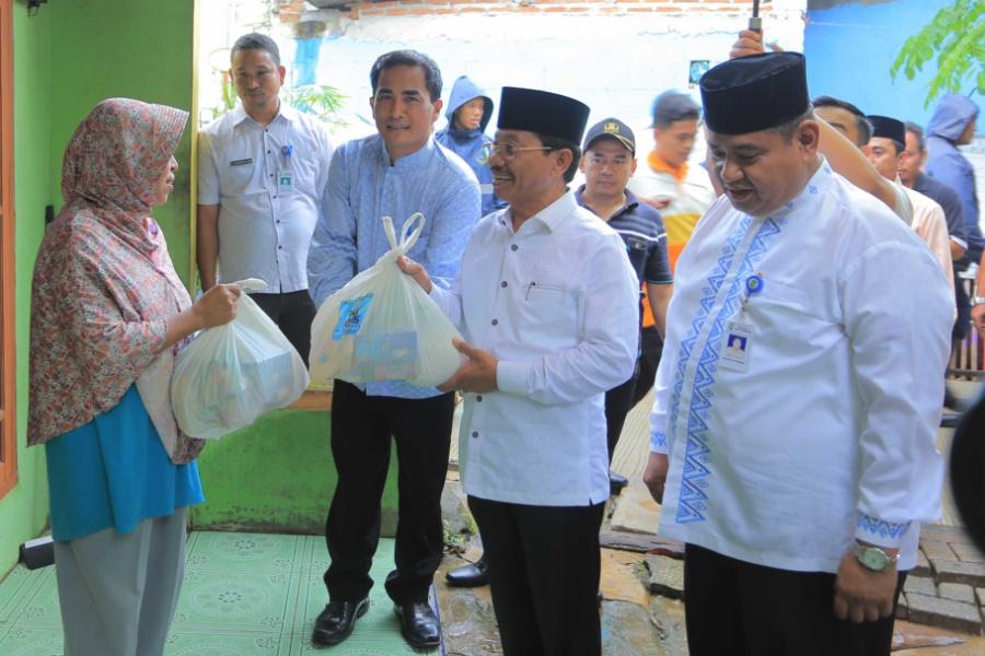 Wakil Wali Kota Tangerang bagi-bagi sembako