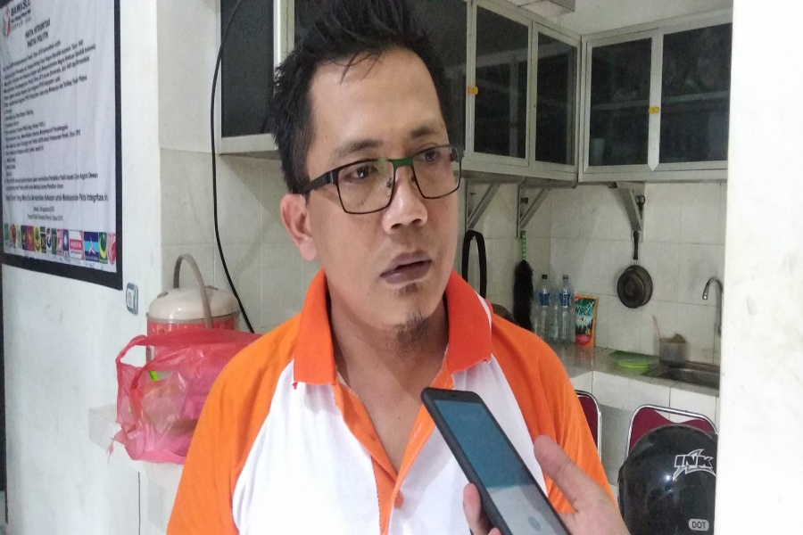 Ketua Bawaslu Lebak Odong Hudori saat ditemui di kantornya. (BantenHits.com/ Mahyadi)