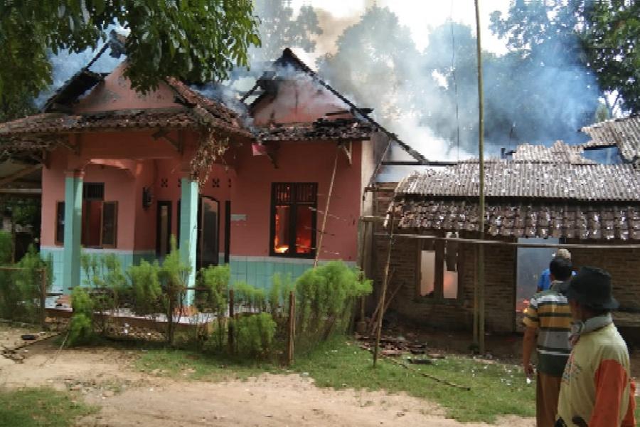 Dua rumah warga Kampung Panyipatan, RT 002 RW 006, Desa Cimoyan, Kecamatan Patia, Pandeglang terbakar