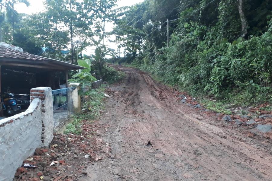 Kondisi jalan penghubung Desa Tambakbaya, Kecamatan Cibadak dengan Desa Pasir Cau, Kecamatan Warunggunung rusak berat