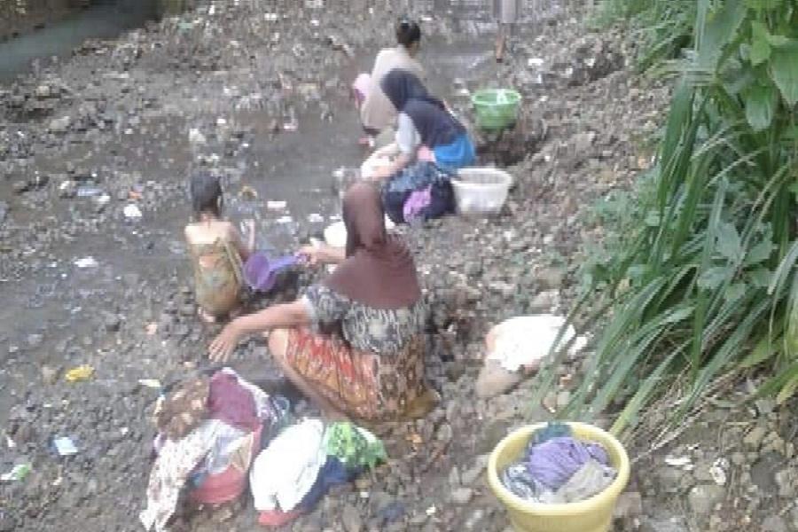 Warga Gerem Cupas Wetan saat menggunakan air kali untuk kebutuhan mereka.