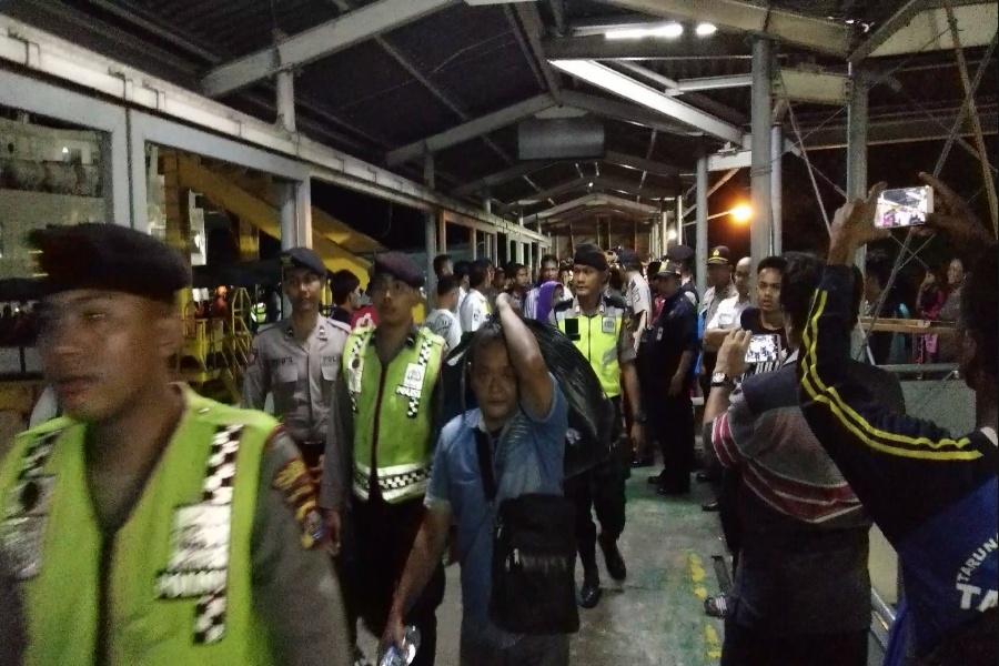 Evakuasi penumpang KMP BSP I