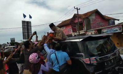 Prabowo cium dan gendong anak di Serang