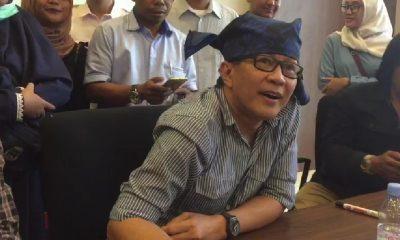 Rocky Gerung mengenakan ikat kepala Baduy
