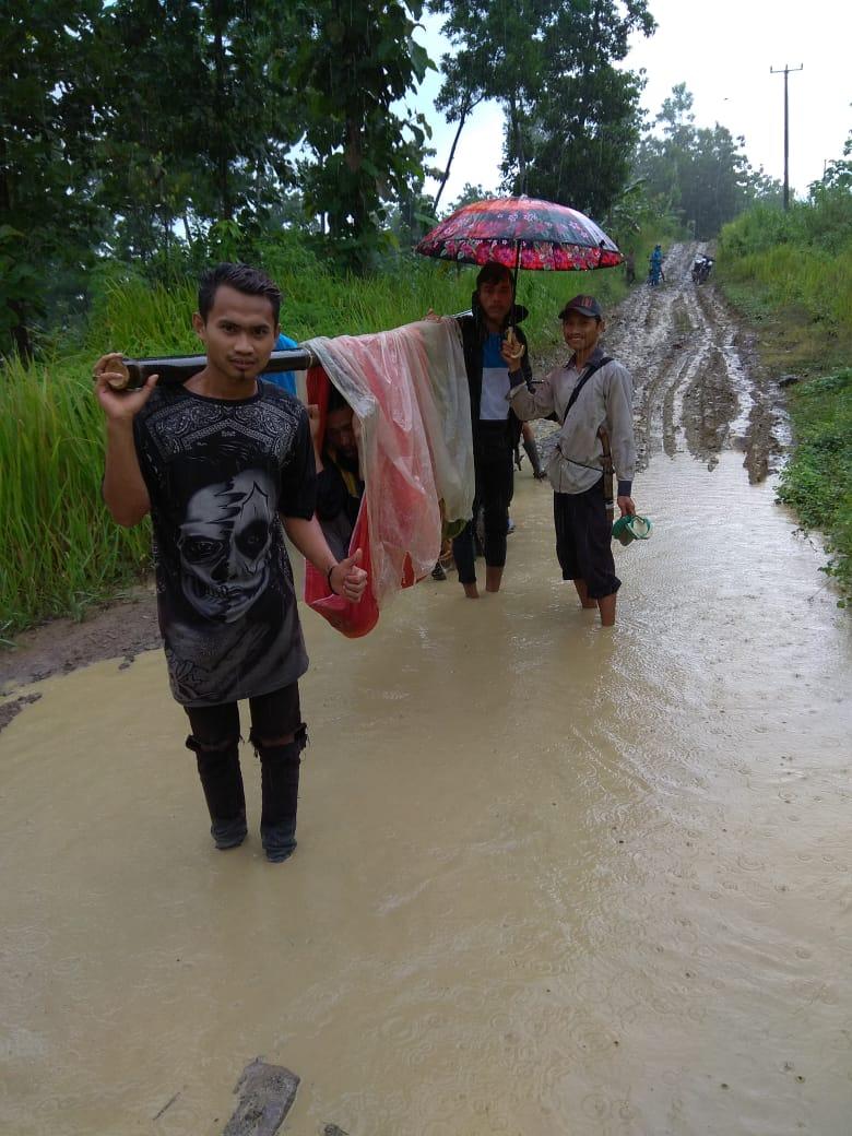 Warga sakit ditandu pakai sarung dan bambu
