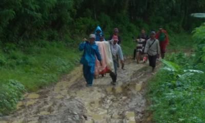 Warga miskin yang sakit ditandu sarung dan bambu