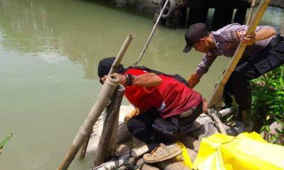 Petugas mengevakuasi mayat dalam karung di Jembatan Ciseukeut