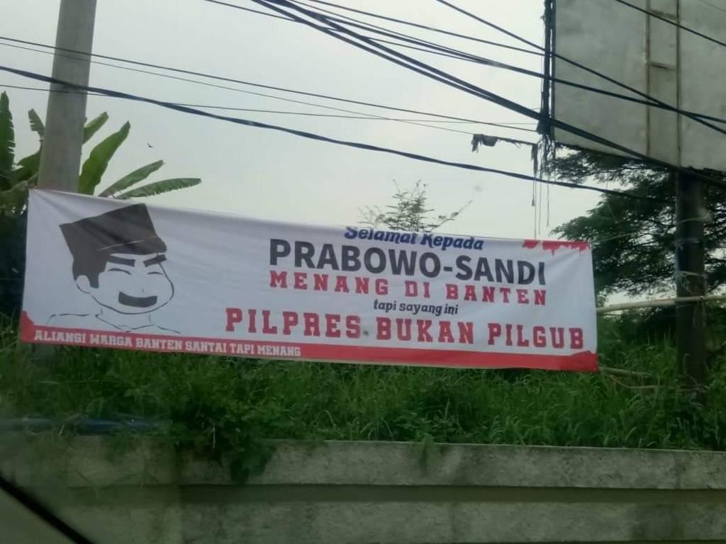 Spanduk ejekan terhadap pasangan Prabowo-Sandi