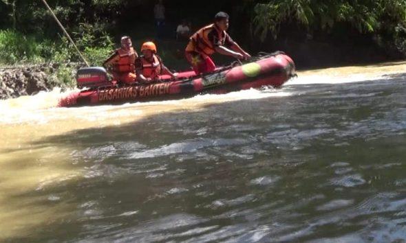 Proses pencarian bocah tenggelam di Sungai Cimoyan