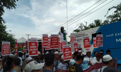 Massa FPUIB dan FPI berunjuk rasa di KPU Banten