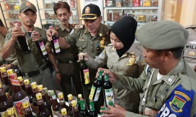 Petugas gabungan sita ratusan botol minuman keras dari warung jamu di Kota Cilegon