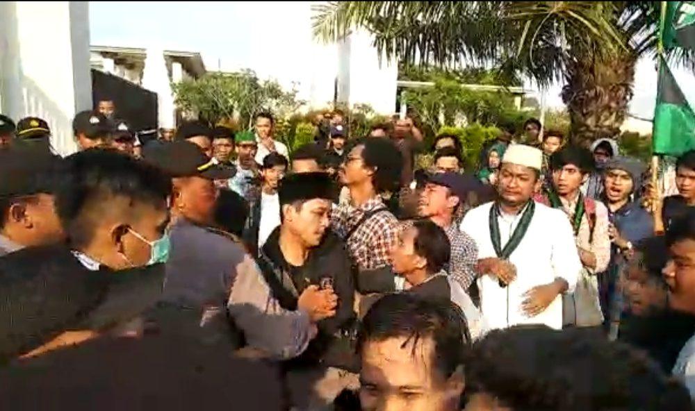 Aksi HMI Tuntut Wahidin Halim Mundur