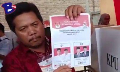 Petugas KPPS menunjukkan Surat suara tercoblos