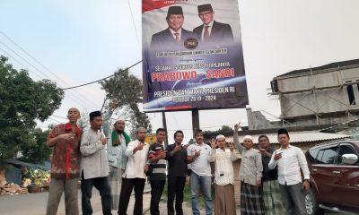 Relawan Prabowo-Sandi memasang baliho di Jalan Raya Boru Kota Serang