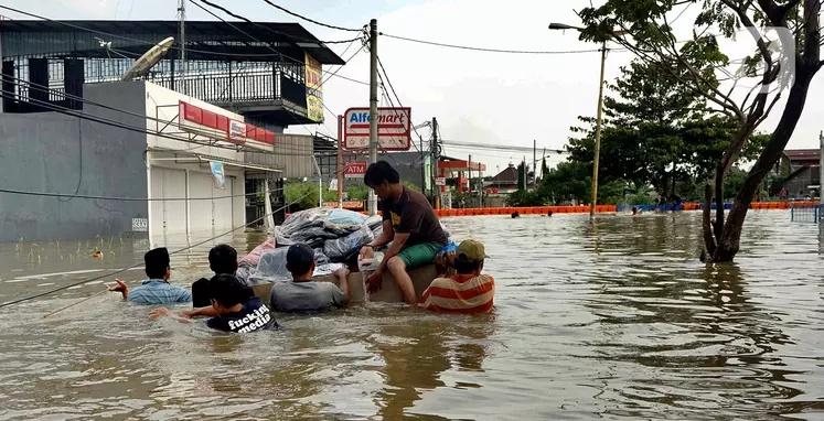 13 Titik Banjir di Kota Tangerang, Pegawai Bikin Dapur Umum di Parkiran Puspemkot