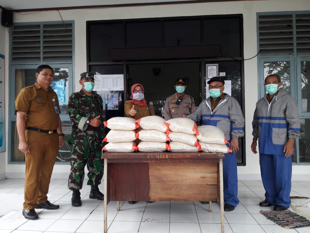 Bukan Semprot Disinfektan, Petugas Berjas Hujan Ini Akan 'Guyur' Bantuan Beras untuk ODP dan PDP Corona di Pandeglang