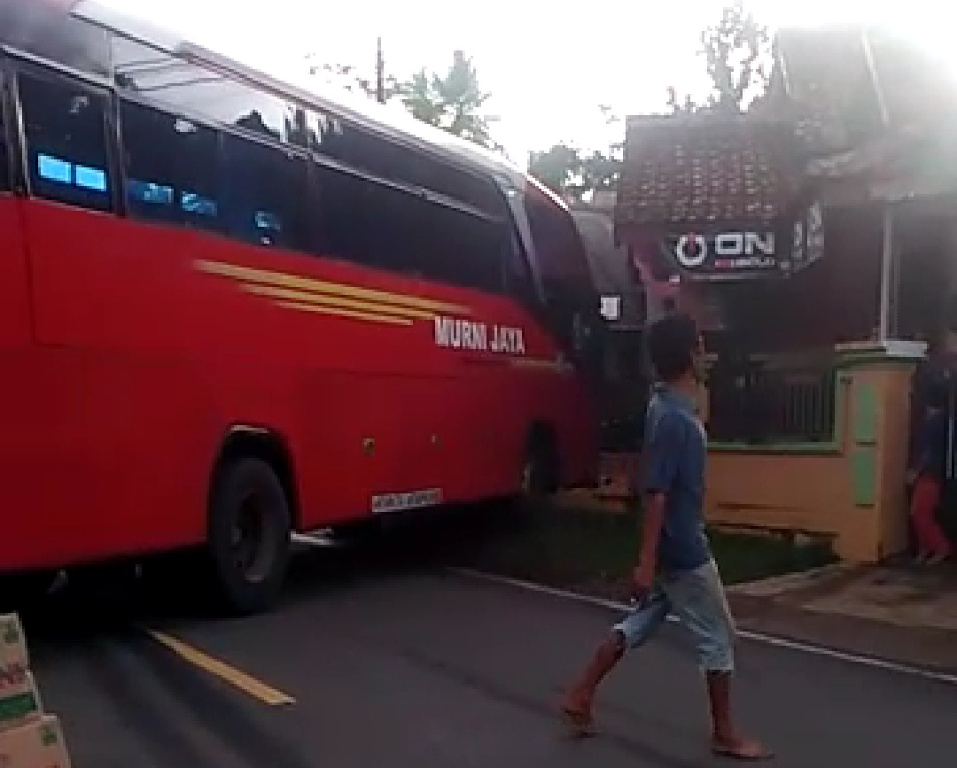 Bus Murni Hantam Rumah Warga di Kampung Gonggong Pandeglang, Korban Bergeletakan di Pinggir Jalan