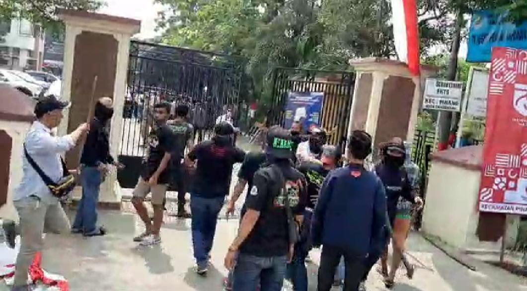 Panah dan Sajam Disita saat Bentrok Massa di Kantor Kecamatan Pinang, Kenapa Imbauan Kepolisian Diabaikan PN Tangerang?