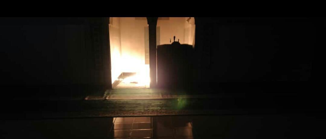 Terekam CCTV, Seorang Pria Membakar Tempat Salat Imam di Masjid Jami Al Falah Serang