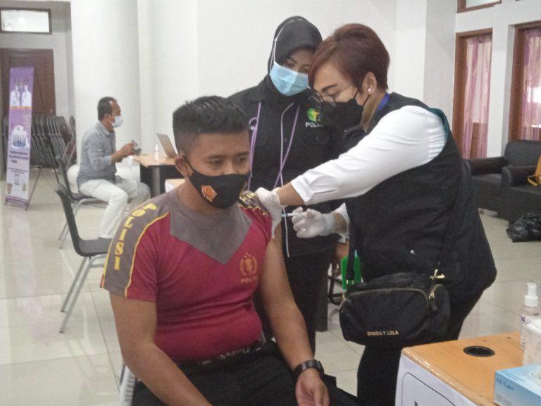 Anggota Polresta Tangerang Mulai Disuntik Vaksin Sinovac; Berharap Kebal dari Covid-19