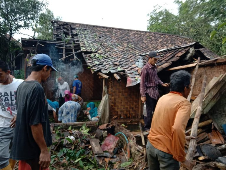 Waspada Cuaca Ekstrem! 50 Rumah di Lebak Rusak Disapu Angin Puting Beliung