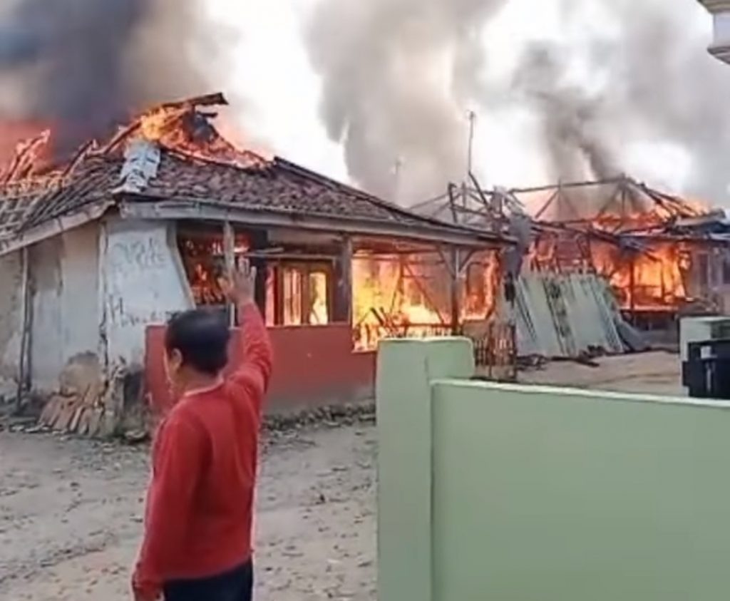 Tiga Rumah dan Satu Warung Sembako di Curugbitung Lebak Terbakar Hebat; Warga Merugi Rp500 Juta