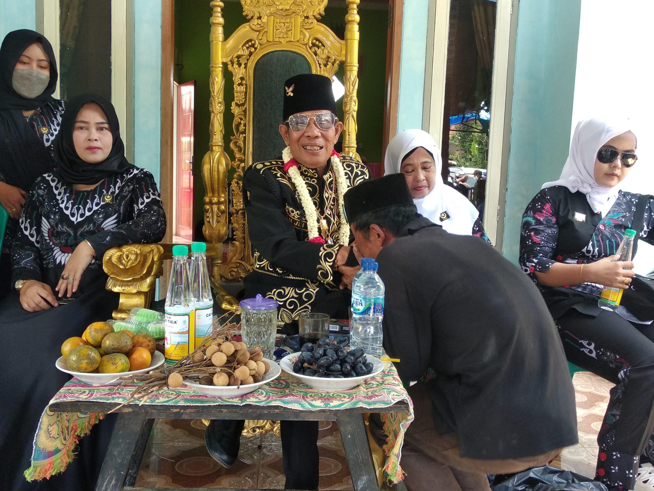 Pria Berpenampilan Raja Muncul Lalu Bangun Puluhan Rumah Warga Miskin di Pandeglang
