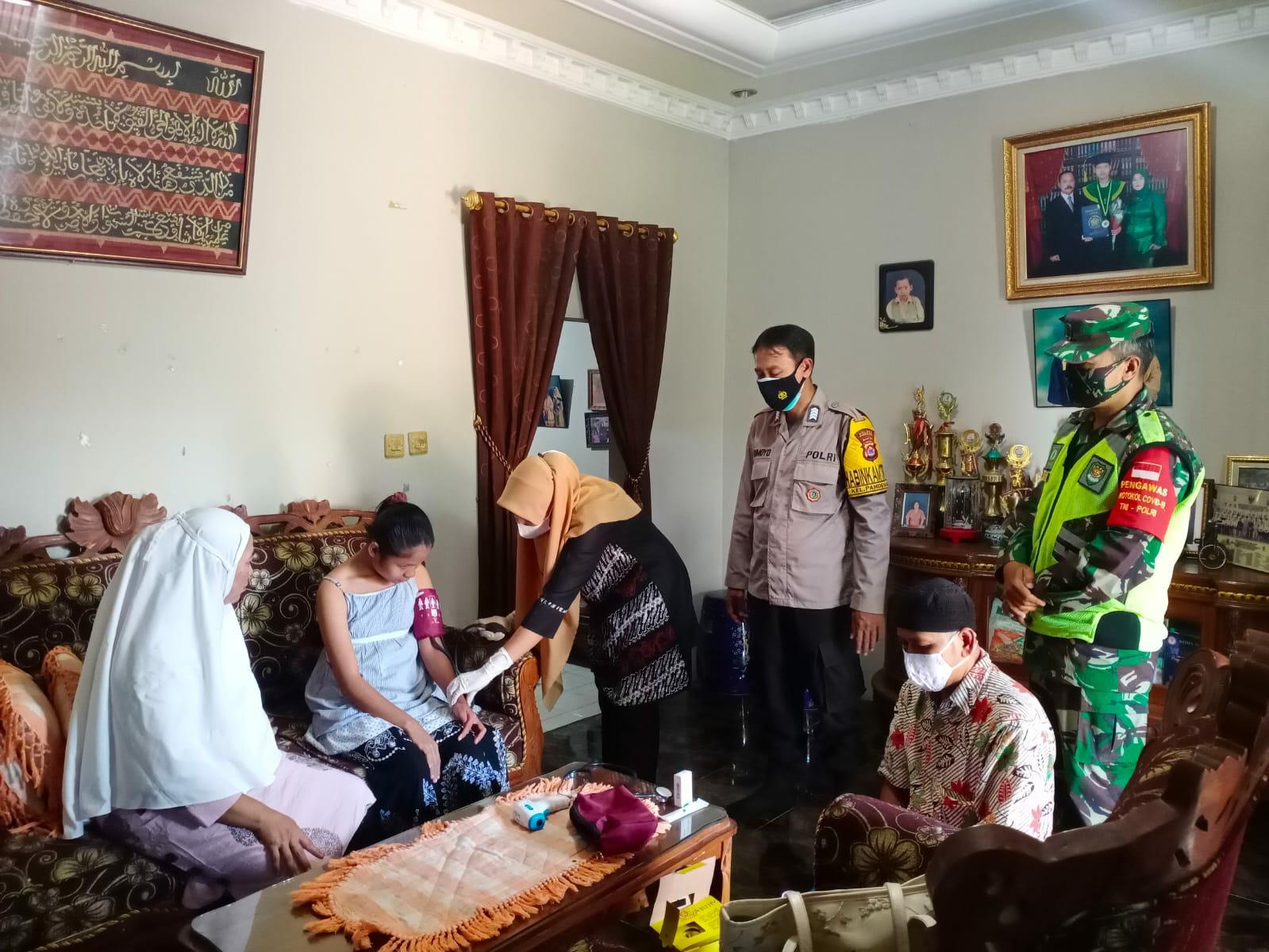 TNI – Polri di Pandeglang Terpaksa Lakukan Ini saat Suntikkan Vaksin kepada Orang dalam Gangguan Jiwa