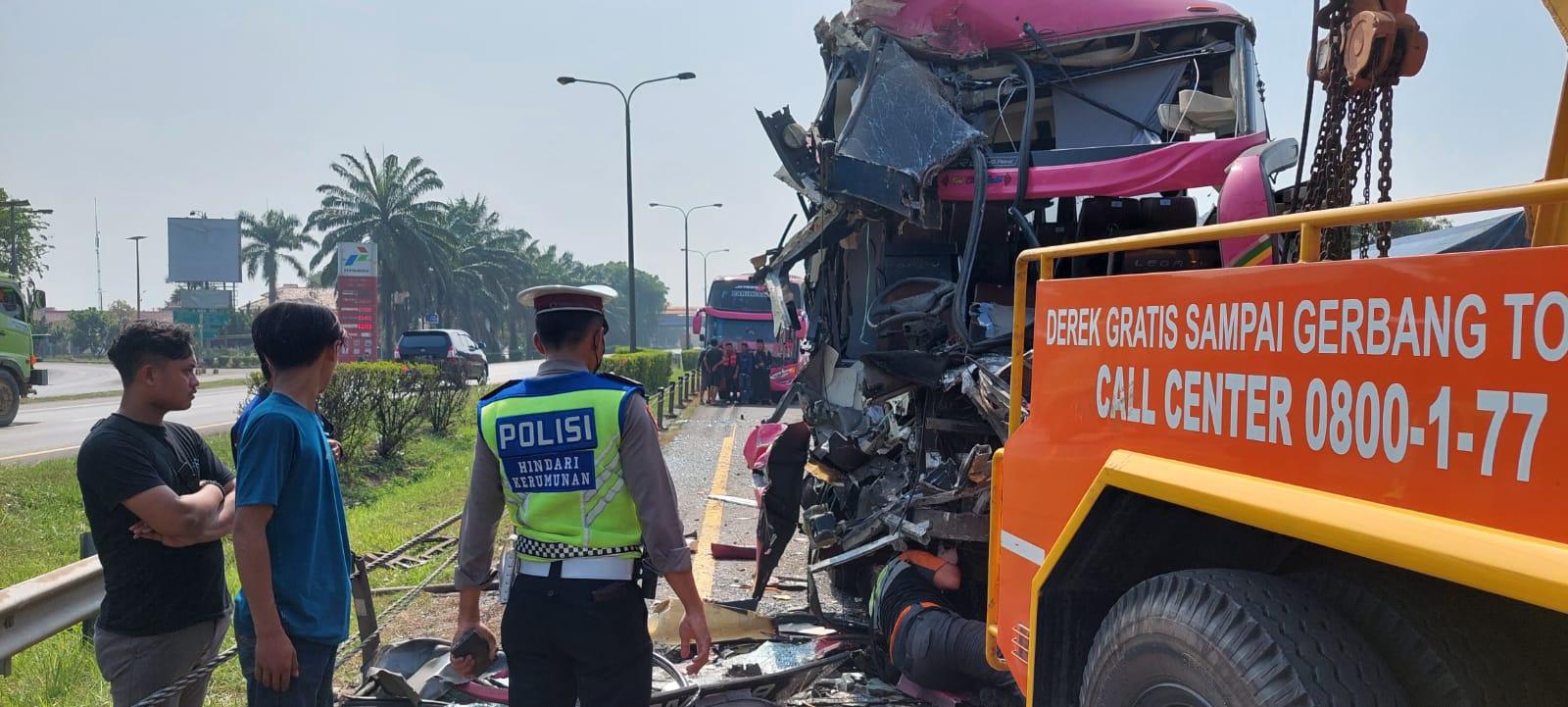 Penampakan Mengerikan saat Bus Pariwisata Komara Berisi Peziarah Kubur Tabrakan Beruntun di KM 69 Tol Tangerang – Merak